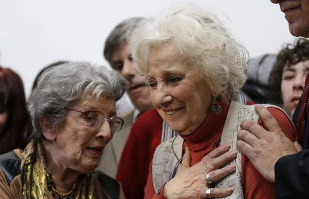 Estela de Carlotto (direita), durante a entrevista para a imprensa em que confirmou a identidade de seu neto desaparecido, nesta terça (5) (Foto: Victor R. Caivano/AP)