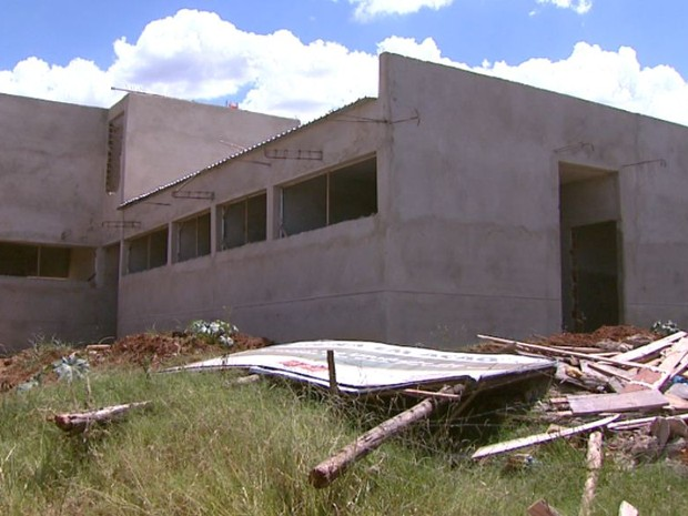 Obras no Bairro São Carlos 8, estão abandonadas em São Carlos (Foto: Rodrigo Sargaço)