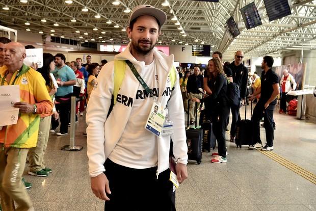 Atletas no aeroporto do Galeão (Foto: Roberto Teixeira / Ego)