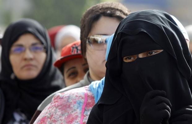 Mulheres votam nesta quarta-feira (23) no Cairo (Foto: AFP)