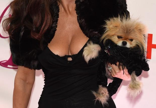 Lisa Vanderpump, uma das juradas do Miss Universo 2014, e seu cão Gigi  (Foto: AFP)