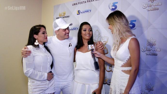 Wesley Safadão recebe as fãs ganhadoras da promoção (Foto: Se Liga VM)