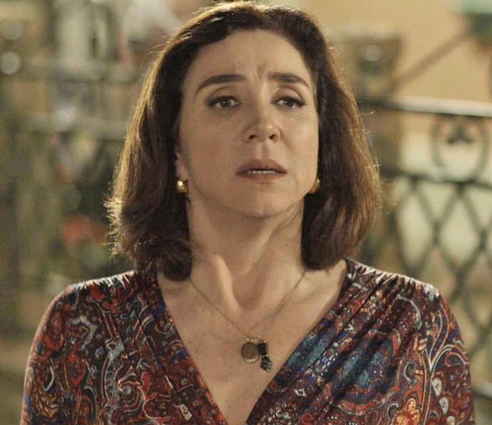 Francesca vê Guido de longe e fica em choque (Foto: TV Globo)