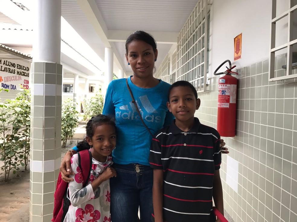 Yaliscar Salazar, de 32 anos, veio para o Brasil atrás de uma educação e saúde melhor para os filhos Carlos, de 10 anos, e Lixandra, de 6 anos (Foto: Inaê Brandão/G1 RR)