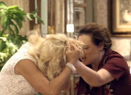 Sandra é atacada por Cunegundes durante briga