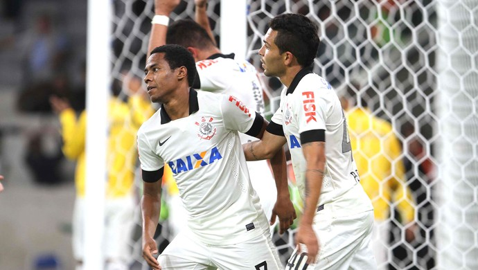 Elias Corinthians e Atlético-pr (Foto: Vagner Rosario / Futura Press)