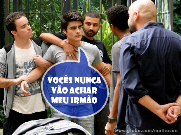 Anjo em perigo! Vitor é cercado pelos banidos  (Foto: Malhação / TV Globo)