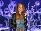 Look do dia: Lindsay Lohan aposta em tubinho estampado para ir à festa