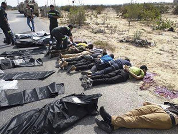19/8 - Soldados e médicos checam os corpos de policiais egípcios mortos em uma emboscada feita por islamitas. Ao menos 24 policiais morreram no Egito, após um ataque armado na região de Rafah, norte do Sinai, na fronteira com a Faixa de Gaza (Foto: Reuters/Stringer)