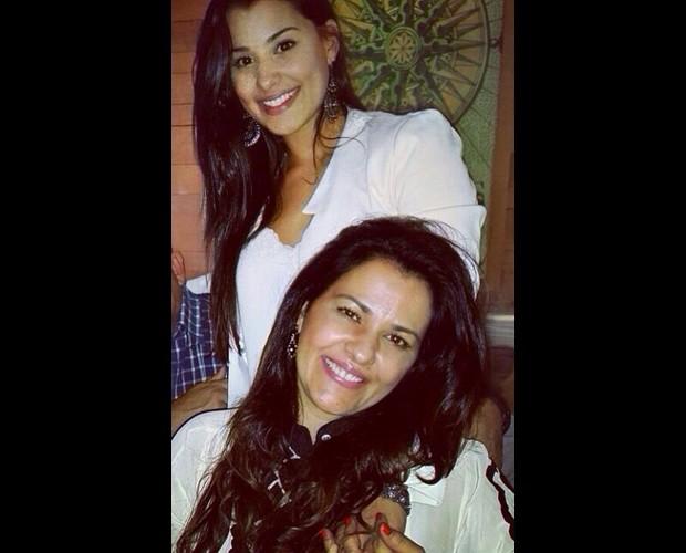 Flávia Cunha e a mãe têm o mesmo sorriso! (Foto: Arquivo Pessoal)