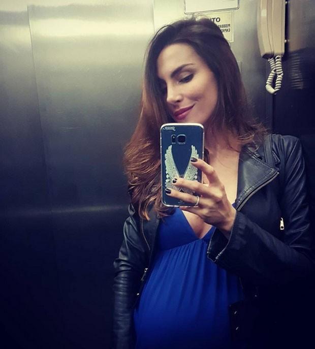 Maio de 2017: Mel mostra barrigão em selfie no elevador (Foto: Reprodução/Instagram)