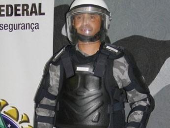 PM experimenta kit antitumulto, comprado para proteger homens durante manifestações no DF (Foto: Polícia Militar/Divulgação)