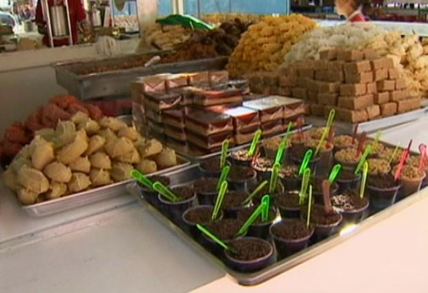 Barraca de doces da Festa do Bom Jesus: comerciantes esperam por 250 mil pessoas em 17 dias de festa (Foto: Reprodução/TV Vanguarda)
