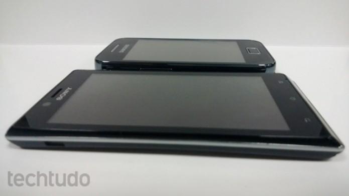 Xperia J, da Sony, é maior e mais fino do que o Galaxy Ace, da Samsung (Foto: Elson de Souza/TechTudo)