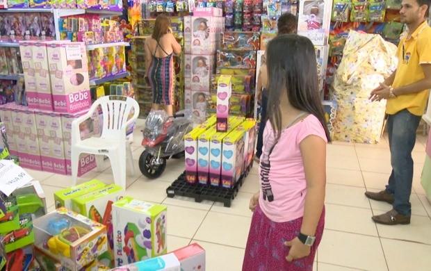 Comerciantes estão otimistas com aumento do movimento nas lojas e investem nos descontos e promoções (Foto: Acre TV)