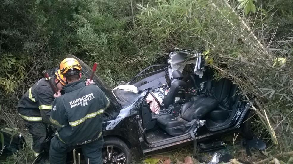 Segundo PRF, este carro invadiu a contramão, atingiu o outro veículo e desceu um barranco após colisão (Foto: Corpo de Bombeiros/Divulgação)
