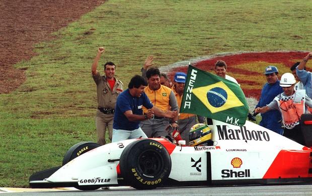 Ayrton Senna campeão GP Brasil 1993 bandeira (Foto: Edu Garcia / Ag. Estado)
