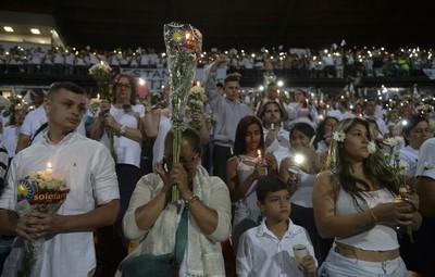 Estádio Medellín homenagem Chapecoense (Foto: RAUL ARBOLEDA / STR / AFP)