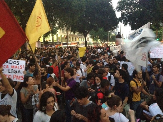Manifestantes estavam concentrados por volta das 17h30 (Foto: Priscilla Souza/ G1)