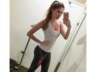 Bárbara Evans faz selfie após malhar e exibe cintura fininha