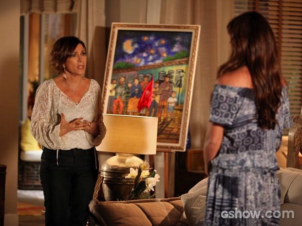 Depois de ouvir conversa com Marina, mãe de Clara cobra explicações (Foto: Pedro Curi/ TV Globo)