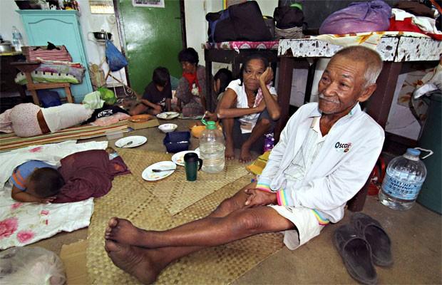 Moradores que deixaram suas casas se abrigam em escola de Surigao, no sul das Filipinas por causa da ameaça do tugão Hagupit (Foto: Reuters)
