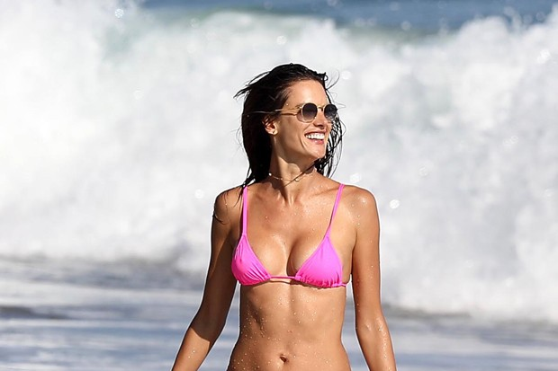 Alessandra Ambrosio em Malibu (Foto: The Grosby Group)