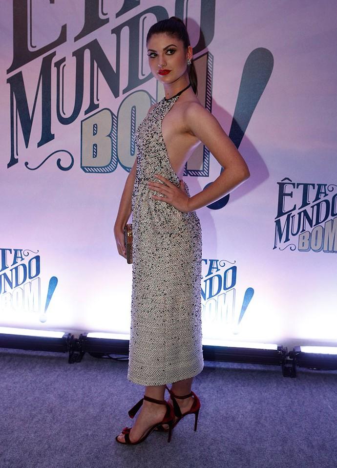 Giovanna Grigio escolheu vestido decotado nas costas (Foto: Inácio Moraes / Gshow)