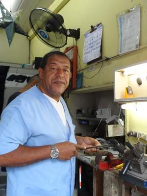 O chaveiro Roberto tem R$ 0,50 a receber da OGX (Foto: Lilian Quaino/G1)