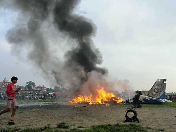 Avião caiu pouco após decolar da capital nepalesa, Katmandu. (Foto: Reuters)