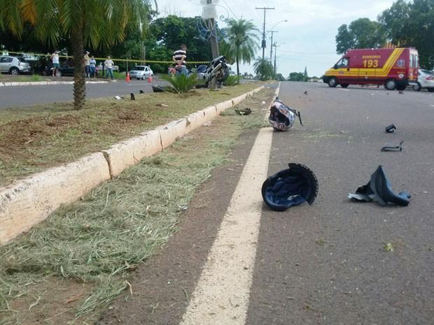 Motociclista e pedestre não resistiram aos ferimentos e morreram (Foto: Stephanie Fonseca/G1)