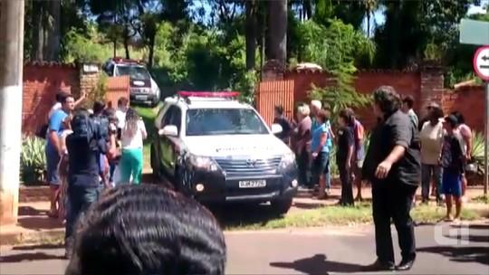 Sob gritos de 'assassino', polícia faz reconstituição da morte de mulher acorrentada à cama em Rio Preto
