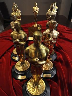 Coleção de 15 estatuetas do Oscar são exibidas pela casa de leilões Nate D. Sanders (Foto: Toby Canham/AFP)