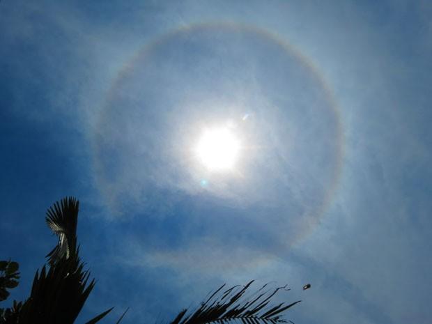 Halo solar foi visto na tarde deste domingo em Itanhaém, SP (Foto: Meire Ruiz Santos/VC no G1)