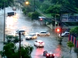 Avenida Marcílio Dias ficou alagada após a chuva (Foto: Carla Nogueira/Arquivo Pessoal)