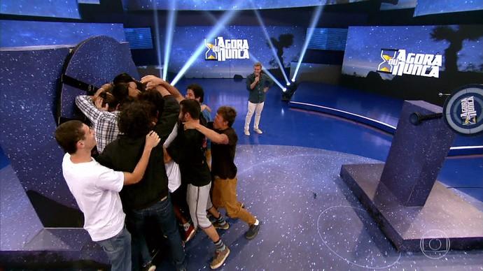 Amigos e família de Pedro Rafael Marques comemoram vitória no 'Agora ou Nunca' (Foto: TV Globo)
