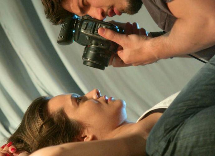 Clima esquente entre Cassandra e Rafael  (Foto: TV Globo)