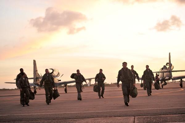 Os pilotos da trama na base aérea de Natal (Foto: TV Globo / João Miguel Júnior)