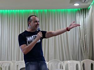 Pastor Nelson Júnior criador do movimento fala como os jovens podem esperar até o casamento para sexo (Foto: Adneison Severiano/G1 AM)