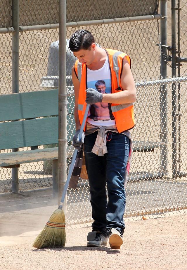 Como resultado, precisou prestar serviços comunitários - mas não sem tirar sarro de sua vítima: Vitalii cumpriu a pena usando uma camiseta com uma foto de Brad Pitt seminu (Foto: Getty Images)
