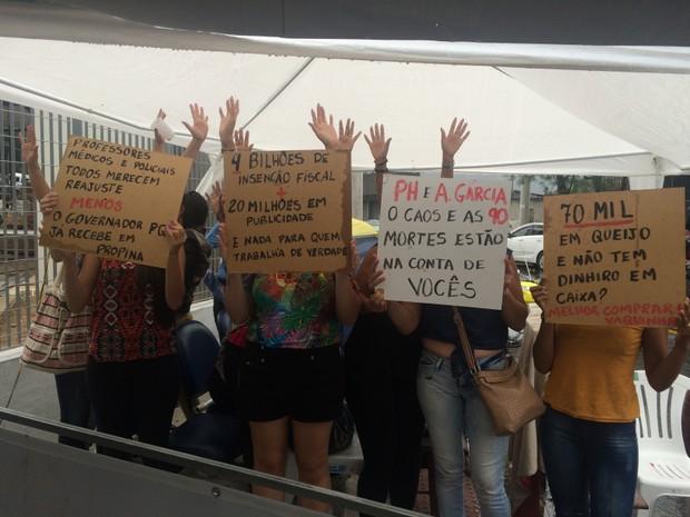 Mulheres seguram cartazes com reivindicações da categoria e recados ao Governo (Foto: Naiara Arpini/ G1)