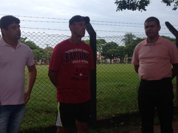 Pai do goleiro (de vermelho) aguarda por informações do filho Danilo  (Foto: Bruna Kobus/RPC)