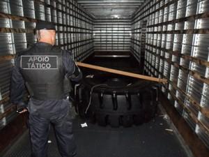 GMs de Santa Bárbara d'Oeste encontraram um pneu utilizado em máquinas de grande porte  (Foto: Divulgação/GM Santa Bárbara d'Oeste)