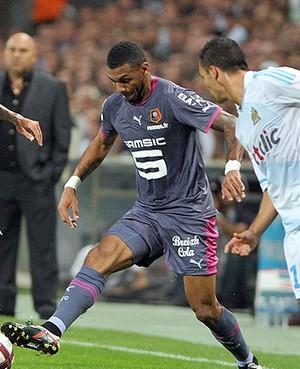 Lucho Gonzalez do Olympique Yann M'vila do Rennes (Foto: AFP)