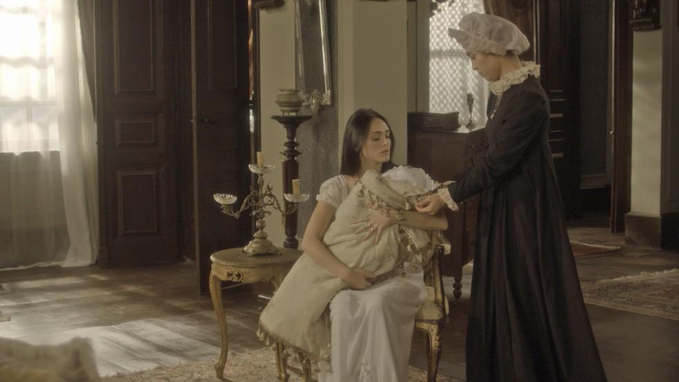 Miss Liu interrompe a amamentação de Vitória para levá-la embora (Foto: TV Globo)