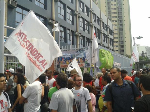 Centrais sindicais fazem protesto contra PEC 55. em Vitória (Foto: Kaique Dias/ CBN Vitória)