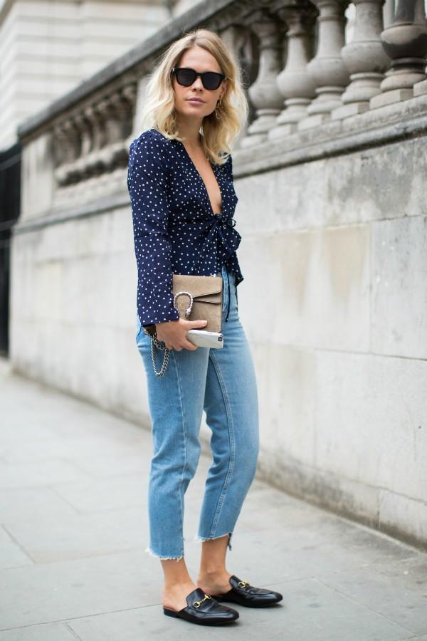 Look fácil: combo jeans, camiseta ou blusa estampada e mules (Foto: Imaxtree)