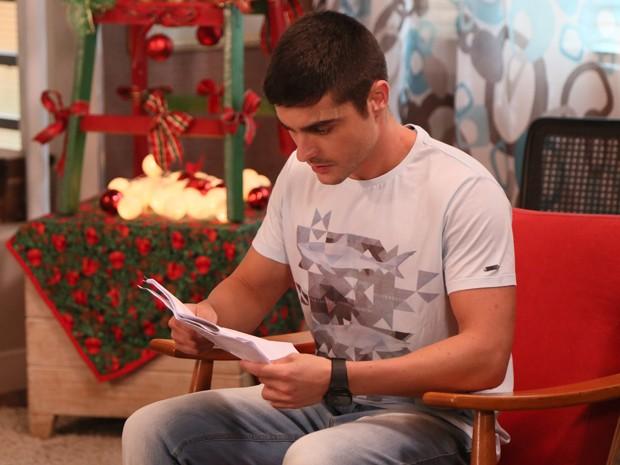 Guilherme Leicam lê o texto nos intervalos das gravações (Foto: Carol Caminha/Gshow)