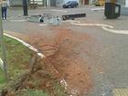 Carro derruba placa, postes e caixa de telefonia em via de Campo Grande