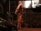 Andressa Urach usa casaco para evitar flashes após jantar acompanhada